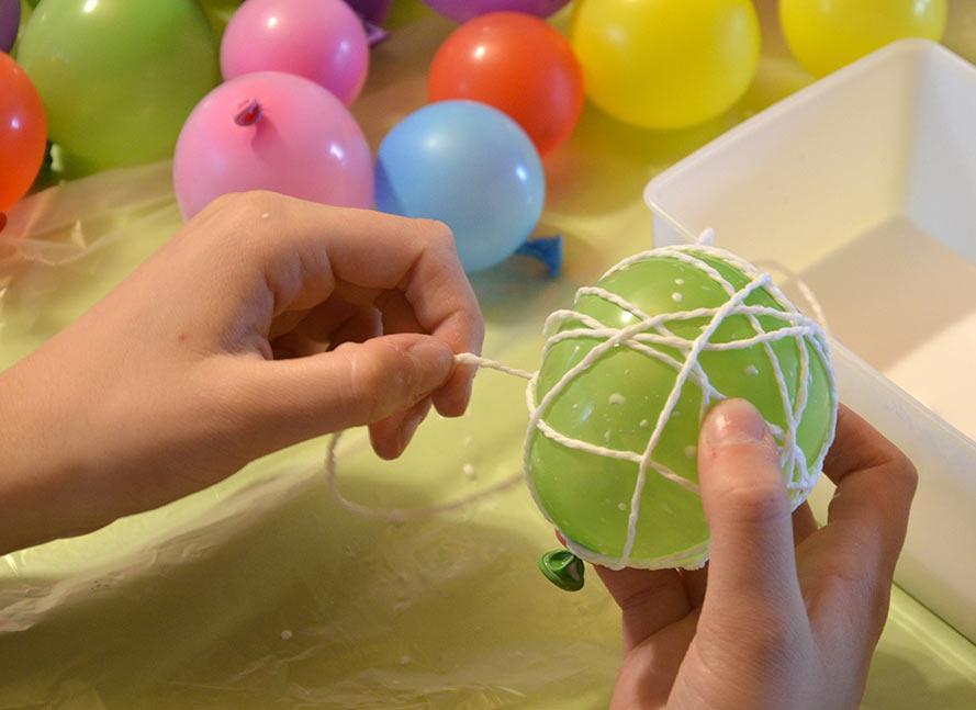 Paperinarun kieputus ilmapallon ympärille.