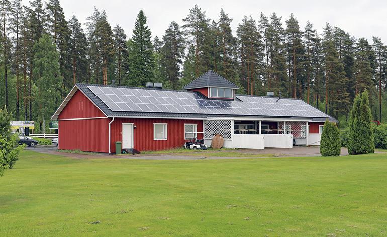 Kartanogolfin päärakennus, aurinkopaneelit katolla